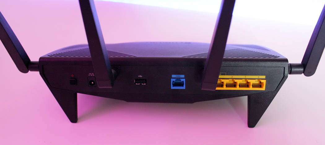 Review Synology RT2600ac Techandising trasera